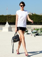 simple white t-shirt, leather shorts & scarlet pumps